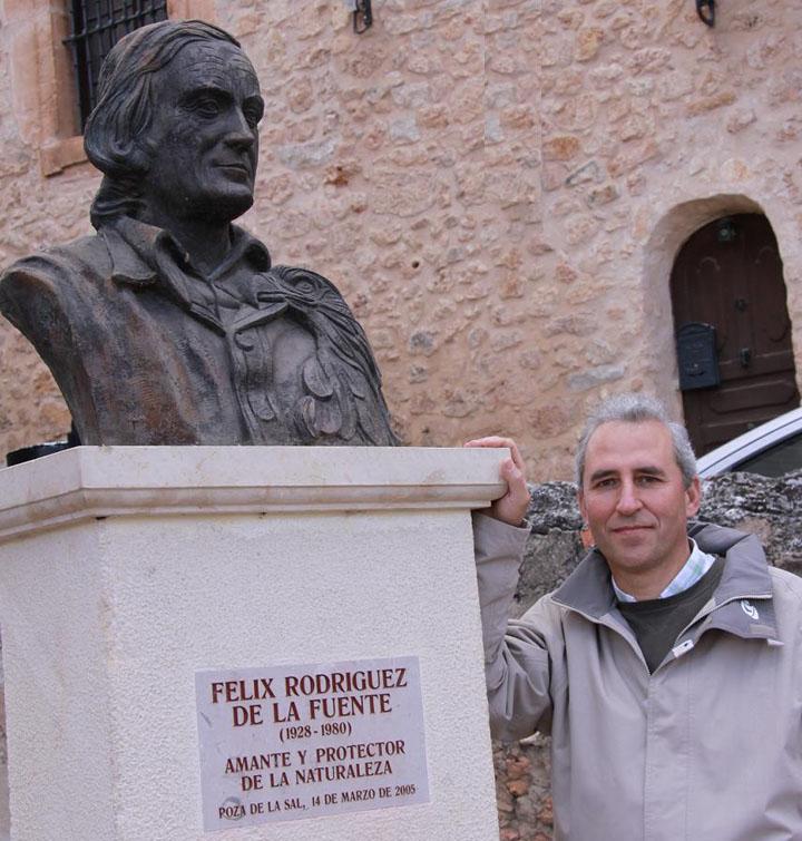 Iñaki Jarauta en Poza de la Sal junto al busto de Félix Rodríguez de la Fuente