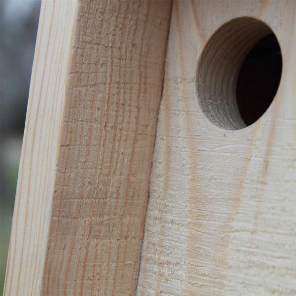 Detalle de la entrada de caja nido para lirones.